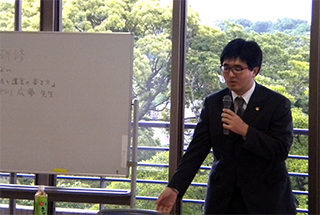 講演をする中川弁護士