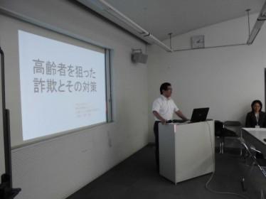 セミナーにて講演する最所弁護士(2)