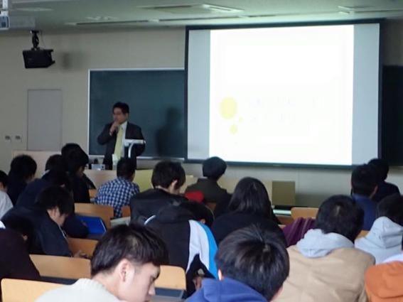 福岡工業大学にて講演する最所弁護士